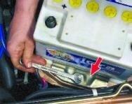 Как самостоятельно снять аккумулятор с автомобиля